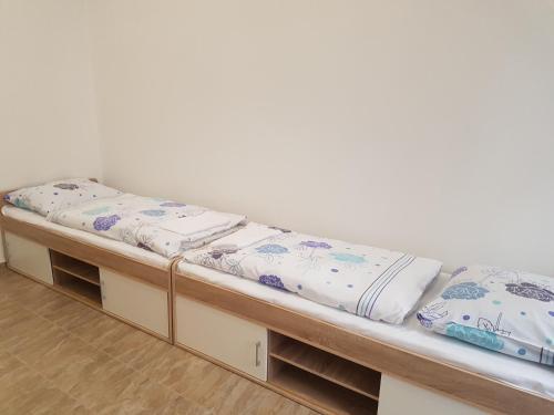 Łóżko lub łóżka w pokoju w obiekcie Hostel Opletalova