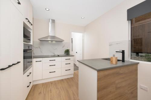 A kitchen or kitchenette at Cosy 2 bedroom home