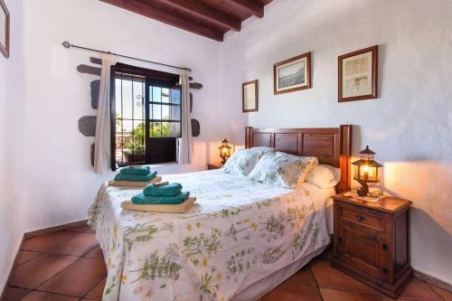 Een bed of bedden in een kamer bij El Caserío de Güime