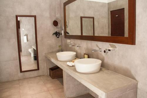 A bathroom at Colombo Court Hotel & Spa