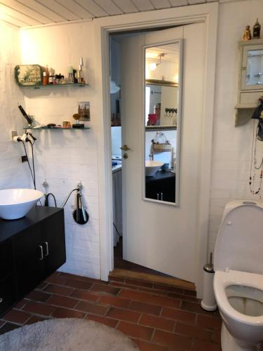 Et badeværelse på Jette's værelsesudlejning