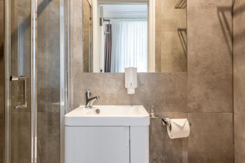 A bathroom at Queens Drive Hotel at Finsbury Park