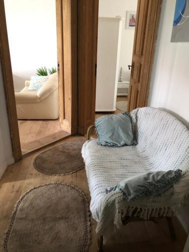 Łóżko lub łóżka w pokoju w obiekcie Przedwojenna kamienica