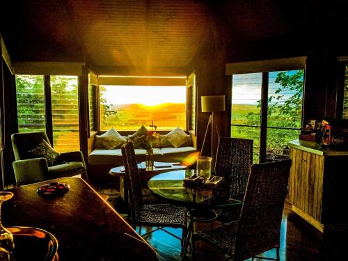 A restaurant or other place to eat at Mt Quincan Crater Retreat