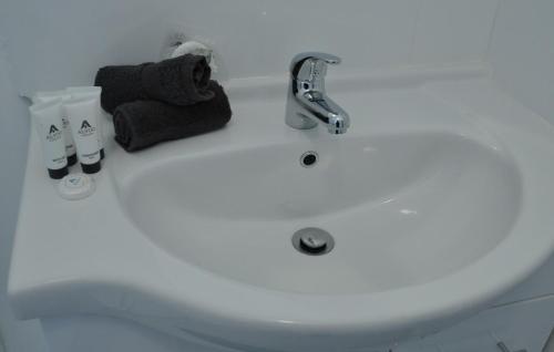 A bathroom at Healesville Maroondah View Motel