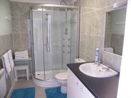 A bathroom at Coasters Holiday Flats