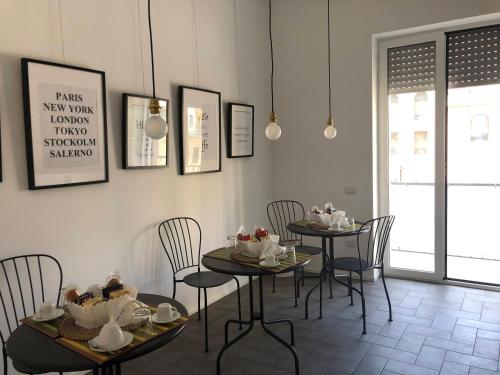 A restaurant or other place to eat at Salerno M'illumina