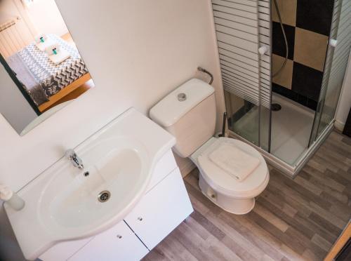 A bathroom at Nice Way Sintra Hostel