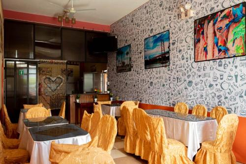 A restaurant or other place to eat at La Torre Inn