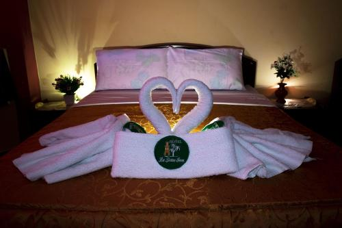 A bed or beds in a room at La Torre Inn
