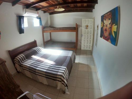 Uma ou mais camas em beliche em um quarto em Calú Hostel