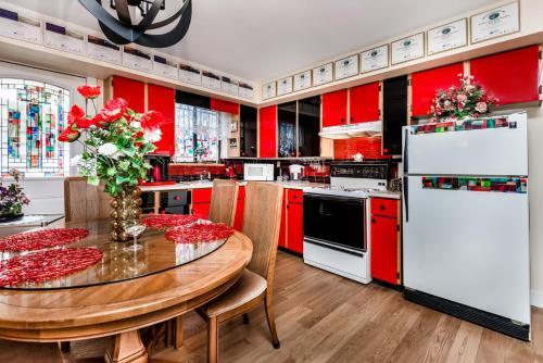 Majoituspaikan Diana's Luxury Bed and Breakfast keittiö tai keittotila