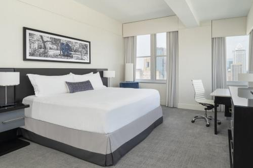 A bed or beds in a room at Loews Philadelphia Hotel