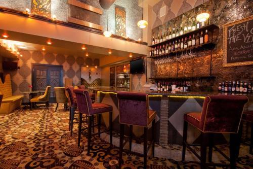 Un restaurante o sitio para comer en The Giacomo, Ascend Hotel Collection