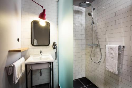 A bathroom at Pentahotel Prague