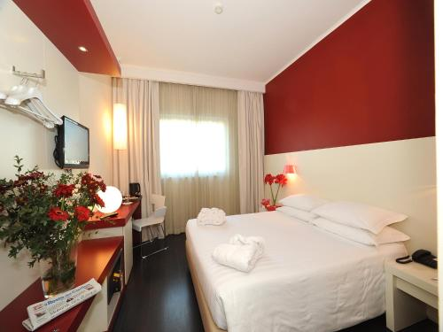 A bed or beds in a room at Hotel Michelino Bologna Fiera