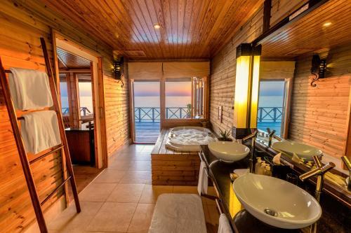 Łazienka w obiekcie Komandoo Island Resort & Spa