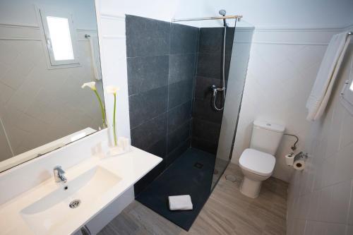 A bathroom at Basic Hotel Sevilla Catedral
