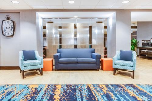 A seating area at Hampton Inn Orlando-Convention Center International Drive Area
