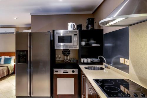 A kitchen or kitchenette at Luxury Studio Rough Scad at Den Laman