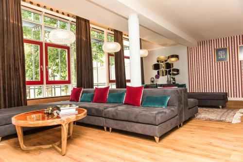 A seating area at Apartmenthaus am Dom Luxus Suite