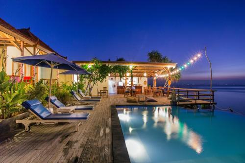 The swimming pool at or near Nusa Veranda Sunset Villas & Restaurant