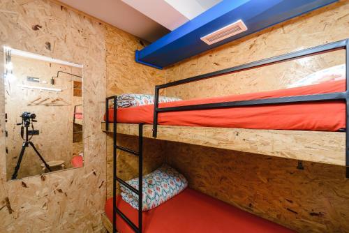 Двухъярусная кровать или двухъярусные кровати в номере Simple