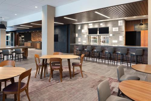 The lounge or bar area at Courtyard by Marriott Albany Troy/Waterfront