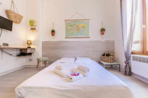 A bed or beds in a room at Le Pistou - Superbe appartement vue sur le Vieux Port