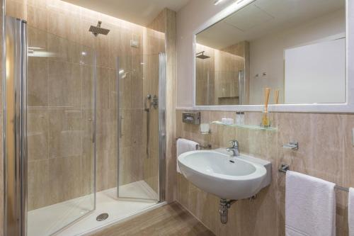 A bathroom at Grand Hotel & Riviera