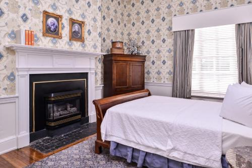 A bed or beds in a room at Hampton Inn Lexington Historic Area