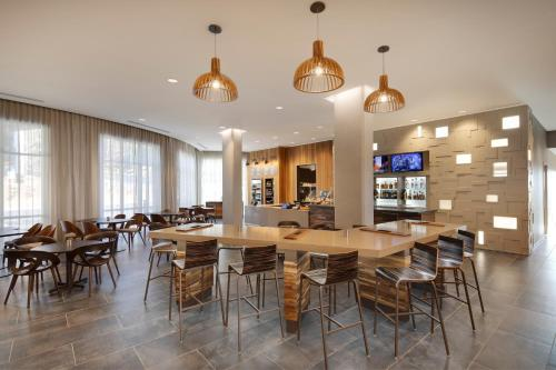 A restaurant or other place to eat at Courtyard by Marriott Atlanta Vinings/Galleria