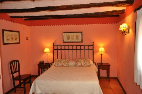 A bed or beds in a room at Hotel la Casa del Abuelo