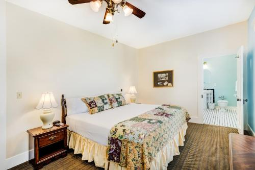 A bed or beds in a room at Lakeside Inn on Lake Dora