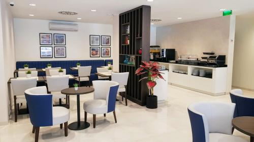 A restaurant or other place to eat at Porto City Hotel
