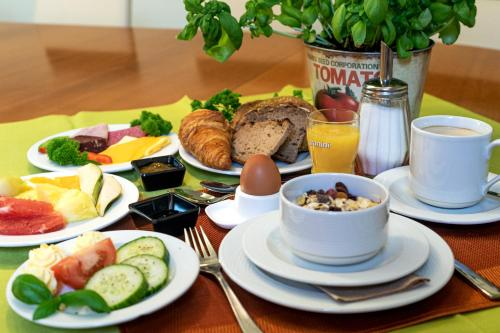 Breakfast options available to guests at Hotel Gustav-Stresemann-Institut