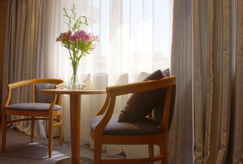 A seating area at Triada Hotel