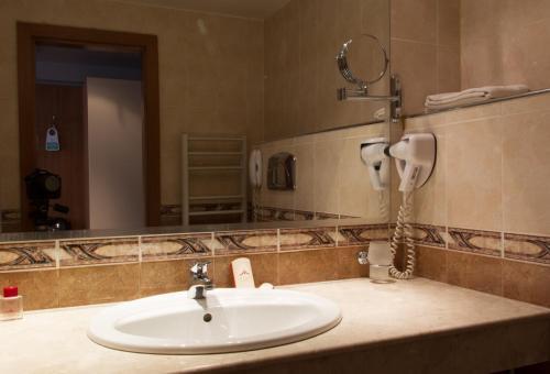 A bathroom at Triada Hotel