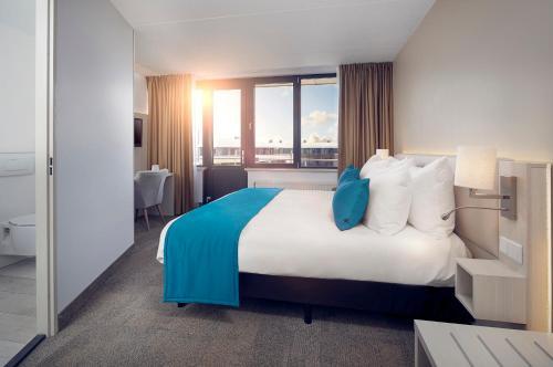 Een bed of bedden in een kamer bij WestCord Hotel Noordsee