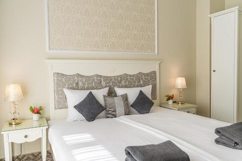 A bed or beds in a room at Hotel Willa Flora
