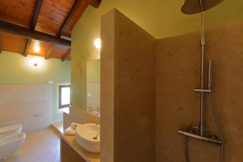 A bathroom at La Boheme Chambres