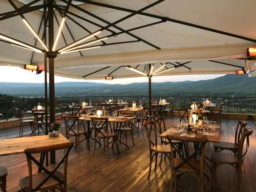 A restaurant or other place to eat at Domaine de La Font des Pères