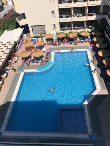 Vue sur la piscine de l'établissement Island Resorts Marisol (ex Lomeniz) ou sur une piscine à proximité