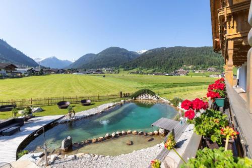 Ein Blick auf den Pool von der Unterkunft Hotel Garni Sonnhof oder aus der Nähe