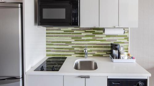 A kitchen or kitchenette at Element Times Square West