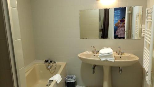Salle de bains dans l'établissement Hôtel Patton