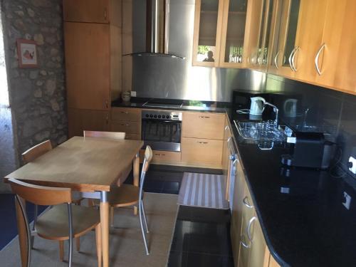 A kitchen or kitchenette at Casa dos Carvalhinhos