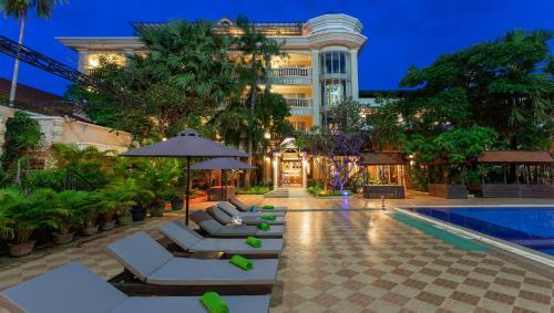 Der Swimmingpool an oder in der Nähe von Somadevi Angkor Premium