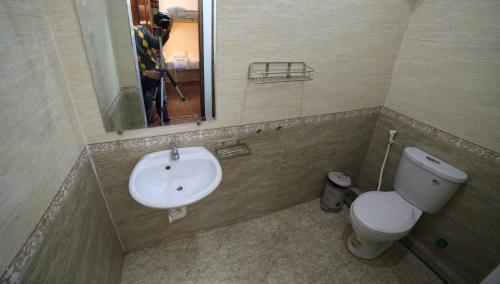 A bathroom at Dimpless Homestay