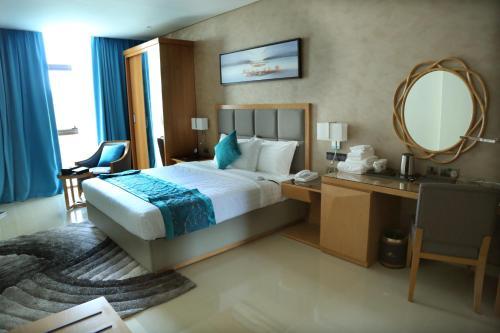 سرير أو أسرّة في غرفة في Meshal Hotel